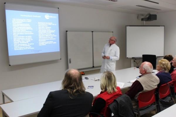 Prof. Stefan Clemens klärt auf dem Patientenforum Greifswald über die Hornhauttransplantation auf.