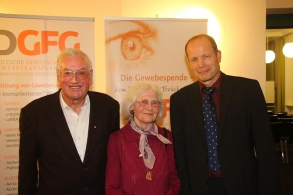 Patient Horst Schulz, seine Ehefrau Hilde Schulz und Prof. Dr. Frank Wilhelm (von l. nach r.)