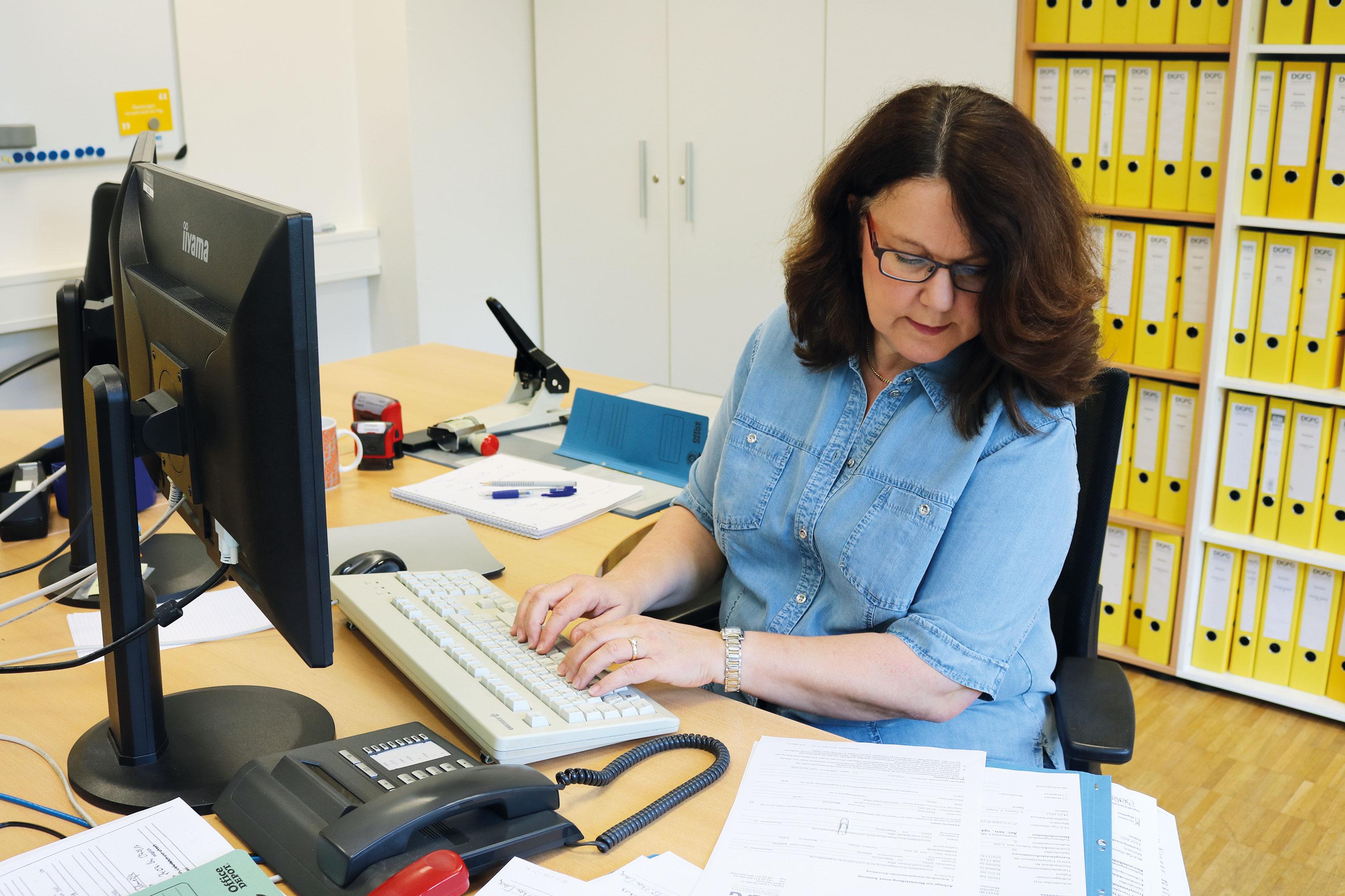 Barbara Schmeißer prüft eine Anfrage