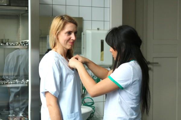 Gewebespendekoordinatorin Christine Riege aus Leipzig erklärt den Ablauf einer Herzklappenspende