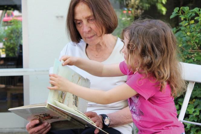 Heidi Lotz liest ihrer Enkelin vor